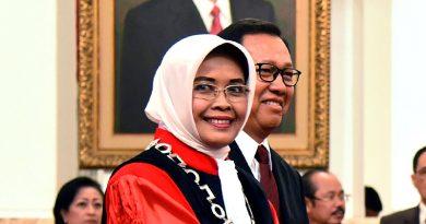Hakim Konstitusi Enny Nurbaningsih Diambil Sumpah di Istana Negara