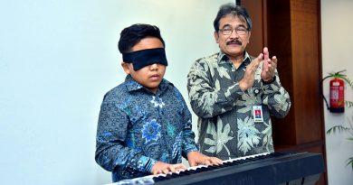 Jefri Setiawan Pegang Rekor Dunia Mainkan Piano dengan Mata Tertutup