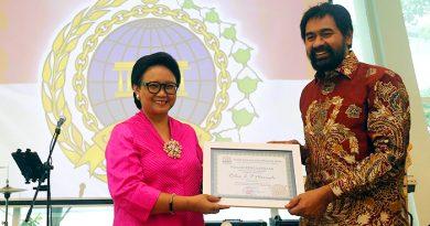 Menlu Retno Terima Penghargaan dari Pemprov Aceh
