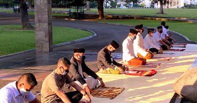 Presiden Jokowi dan Keluarga Salat Idul Adha di Halaman Wisma Bayurini