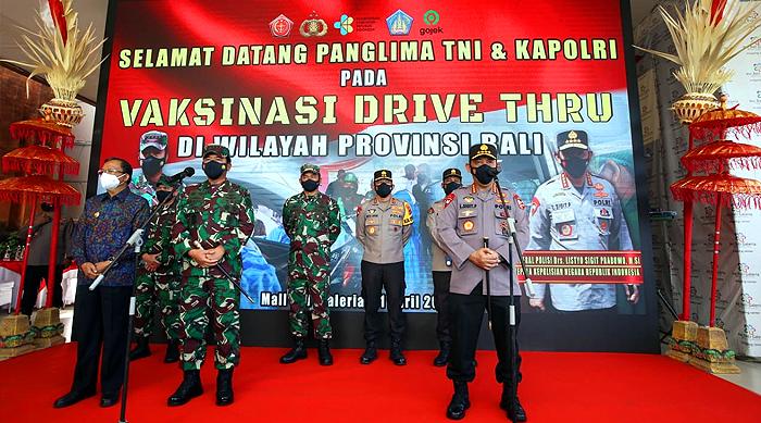 Panglima TNI Bersama Kapolri Tinjau Vaksinasi Massal dan Drive Thru di Bali